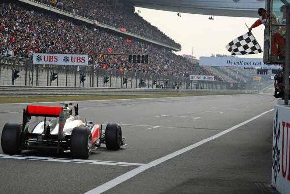 La primera bandera a cuadros para el piloto británico en la temporada de...