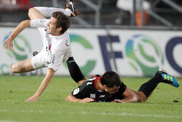 Lo mismo le pasó al defensor del Lille de Francia, que quiso buscar el b...