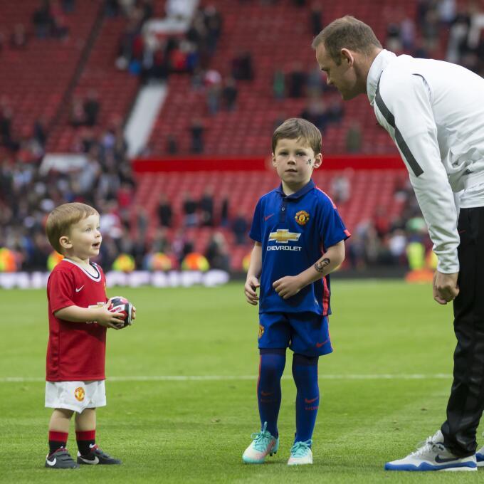 En la previa de un partido de Premier League, el pequeño Rooney saltó al...