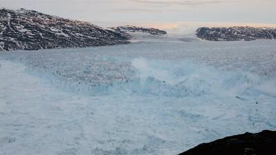 Captan el insólito momento en que un glaciar del tamaño del bajo Manhattan se rompe