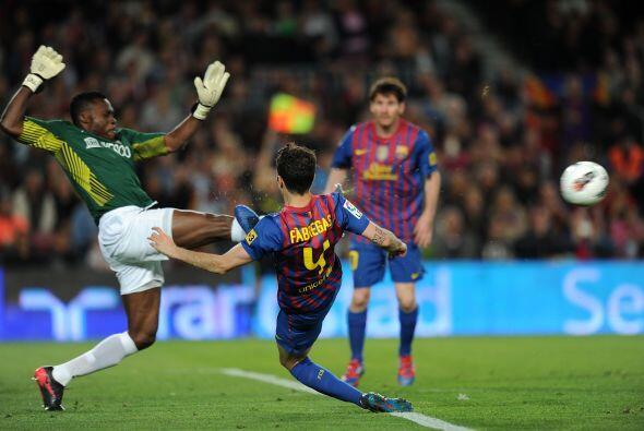 Cesc Fábregas estuvo muy cerca de marcar su gol pero el portero rival sa...
