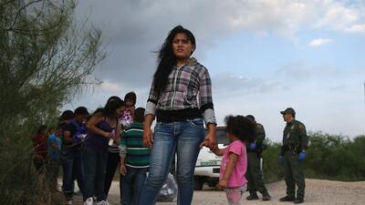 Un grupo de inmigrantes indocumentados es arrestado por la Patrulla Fron...