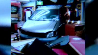 Un vehículo choca contra un restaurante tras accidente de tráfico en Los Ángeles