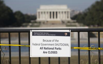 Un letrero de cierre frente al Lincoln Memorial en Washington DC en 2013...