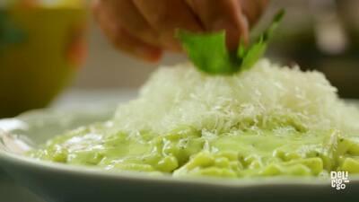 Macarrones con queso y salsa de aguacate