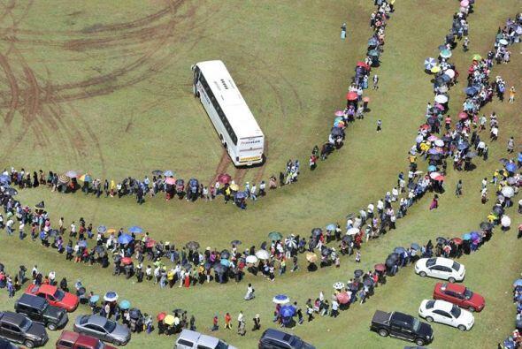 En la mañana la gente formaba una inmensa cola serpenteante de varias ca...