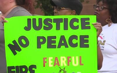 Activistas contra el abuso policiaco aprueban la decisión del gran jurad...