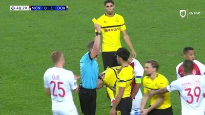 Tarjeta amarilla. El árbitro amonesta a Mahmoud Dahoud de Borussia Dortmund