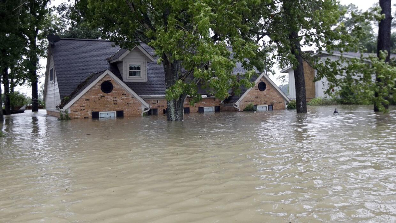 Una casa, casi completamente cubierta por las aguas, en Spring, Texas, a...