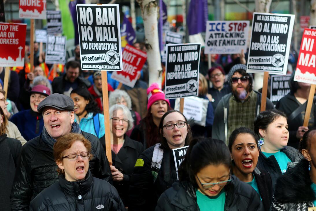 17 de febrero de 2017.- Una protesta en las puertas de una corte federal...