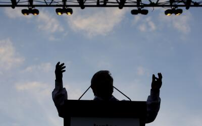 Silueta del candidato Andrés López Obrador durante un acto...