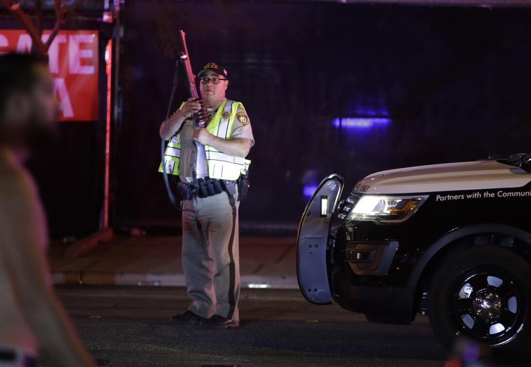 Un agente de la Polcía de Las Vegas llega al lugar de la escena del tiro...
