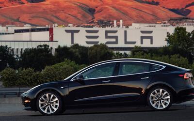 Primera unidad de producción del Tesla Model 3, marcado con el se...