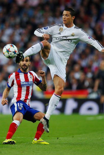 Ronaldo no cesaba de bajar balones para que Isco y James generaran en la...