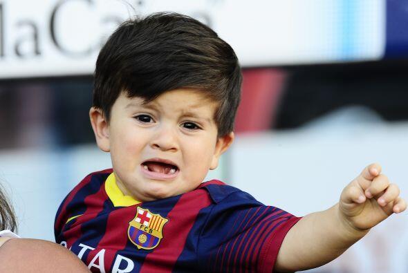 El pequeño Thiago se asutó con tanto público al momento de ser cargado p...