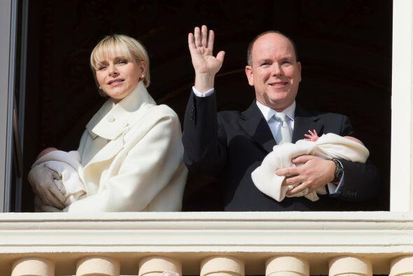 Aparecieron en el balcón del palacio, sosteniendo a cada uno de los mell...