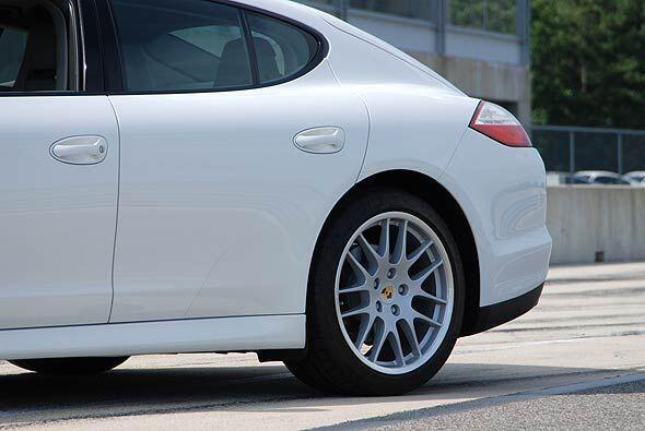 Los llamativos y sólidos guardabarros sobre las ruedas traseras son cara...