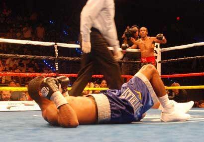 En el sexto round, un recto corto de Bailey envió al campeón directo a l...