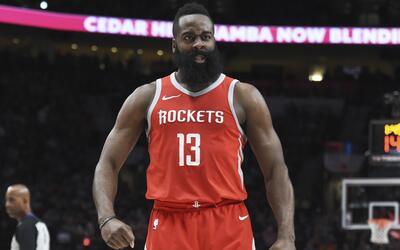 El guardia de los Houston Rockets James Harden reacciona luego de realiz...