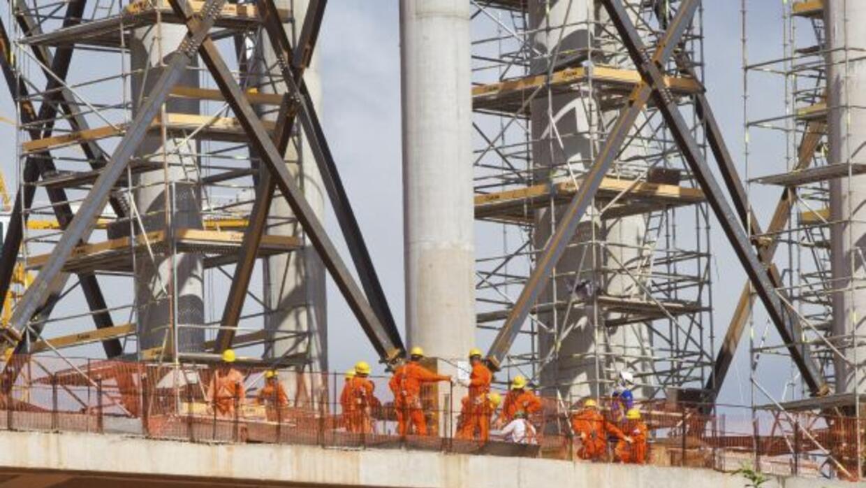 Estas personas también sudan y por el fútbol. Son trabajadores que cumpl...