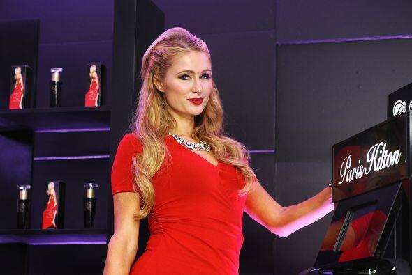 Hilton apareció con un vestido rojo que la hacía lucir muy sensual.