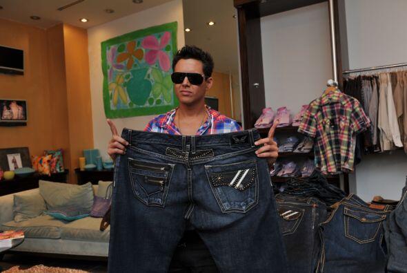 Y en los camerinos encontramos esto...¿De quién serán esos pantalones XL?