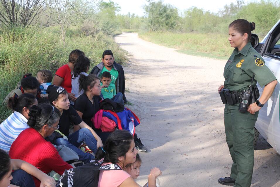 La agente Marlene Castro encuentra a otro grupo, esta vez son 15. Por el...