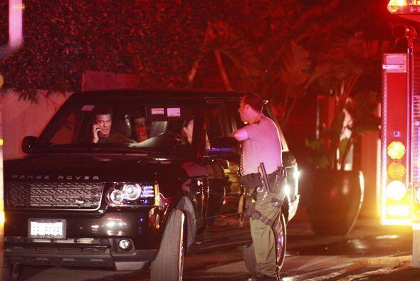 Pierce haciendo llamadas de emergencia mientras los policías y los bombe...