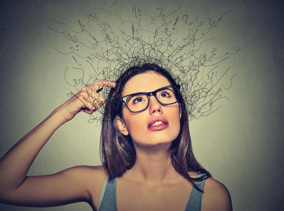 confusión, olvidando - mujer confundida, pensando
