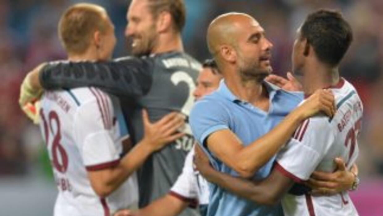 Guardiola celebra con los jugadores luego de la tanda de penaltis.