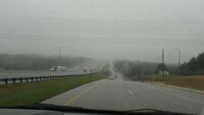 La densa niebla que cubrió el centro de Texas provocó retrasos en decena...