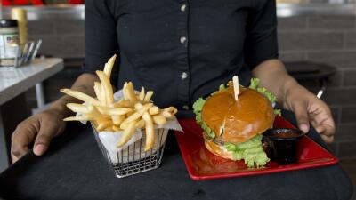 Papas fritas y hamburguesa.