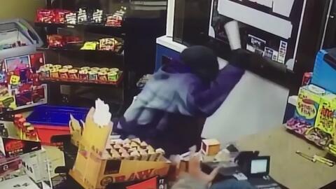En video quedó registrado cómo un hombre ahuyentó a un presunto ladrón c...