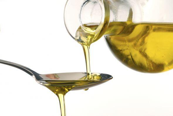 Mezcla en un bol: 1 cda de aceite de oliva, 1 cda de mostaza Dijon y 1 c...