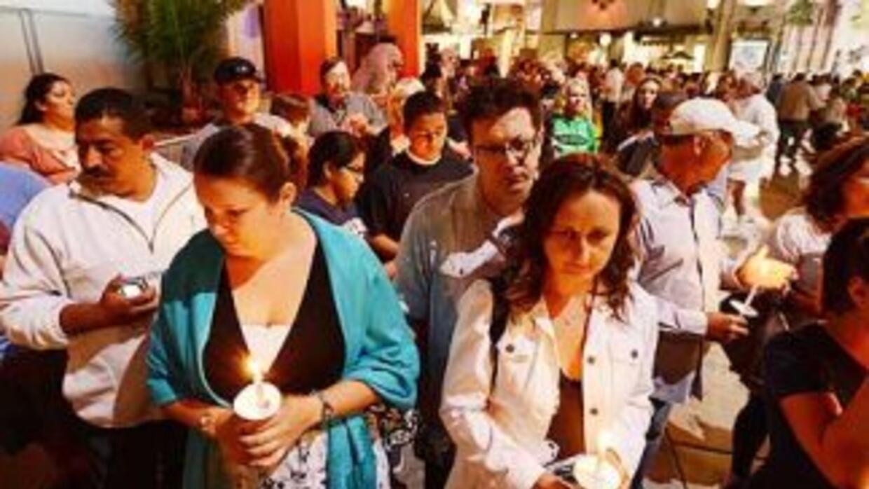 Familiares y amigos de las víctimas de la masacre de Aurora, Colorado, a...