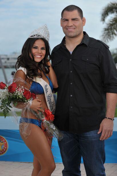 Caín Velásquez todo un afortunado por hacerse una foto con Cinthia Piña.
