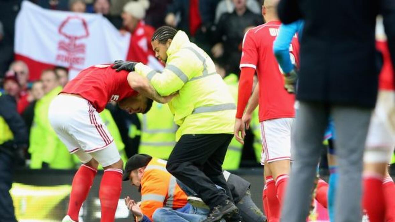 El momento en el que Kelvin Wilson, jugador del Forest, era agredido.