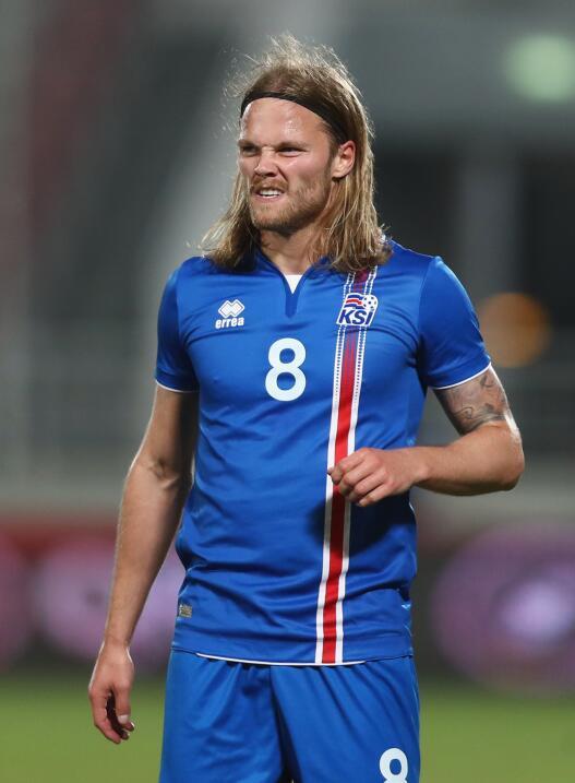 El mediocampista islandés Birkir Bjarnason podría pasar al...