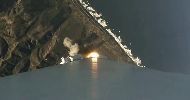 Cámara de video en primera fase del cohete en ascenso capta la costa de...