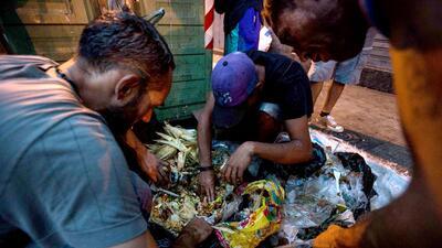Estos venezolanos comen de la basura para sobrevivir