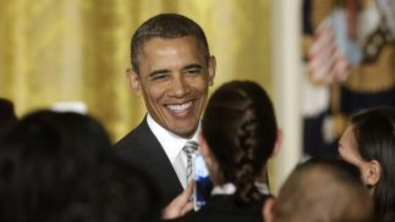 El presidente Barack Obama saluda a uno de los nuevos ciudadanos juramen...