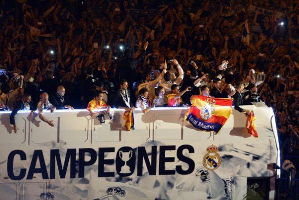 Los jugadores del Real Madrid, antes de bajar del autobús, dieron varias...