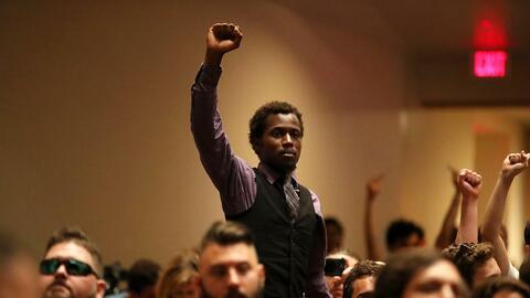 Un manifestante protesta en el salón de la Universidad de Florida donde...