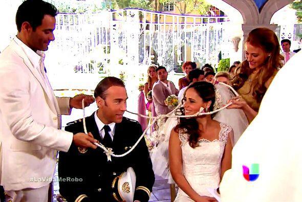 Esmeralda también llegó al altar para casarse con Refugio.