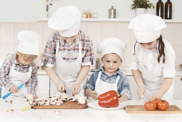 También puede pedirles que ayuden a preparar la mesa con servilletas, e...