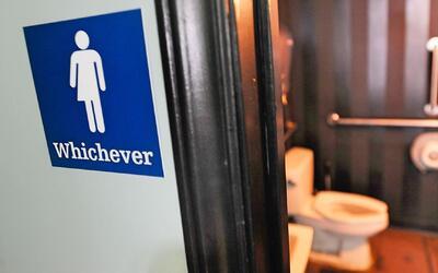 Cambios en la política del uso de baños en las escuelas públicas de Nuev...