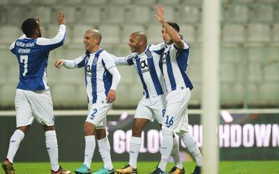 Herrera festejó con sus compañeros el gol que abrió...