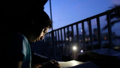 Una niña trata de hacer los deberes sin electricidad el 6 de noviembre