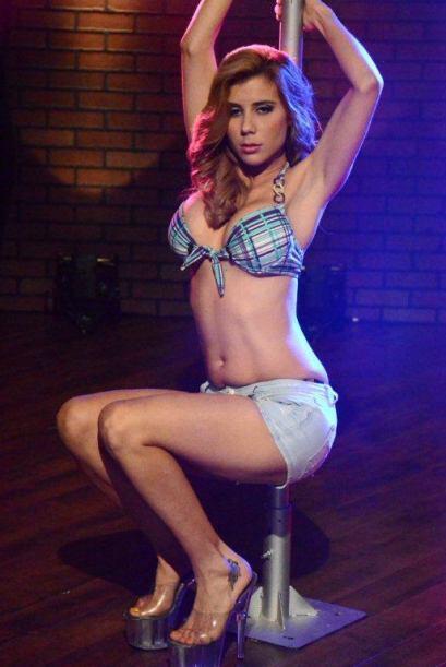 La bailarina de 'table dance' Javiera se atrevió a dar un candente baile...