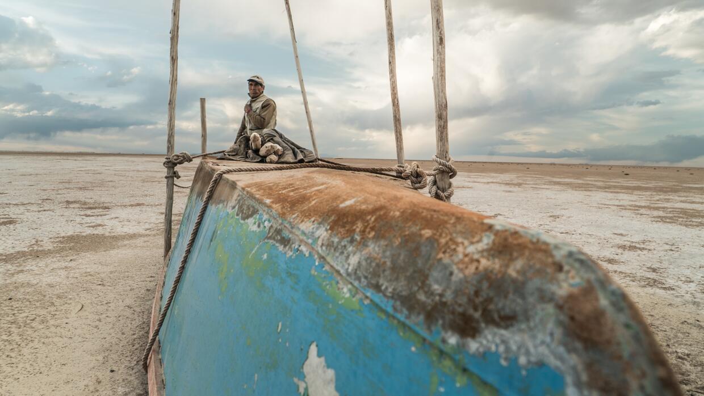 Los huérfanos del lago Poopó bote.jpg
